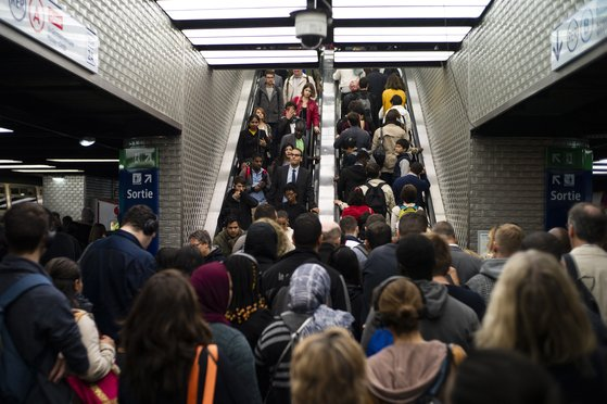 지난 9월 24일 프랑스 파리 샤틀레 지하철역이 인파로 붐비는 모습. [EPA=연합뉴스]