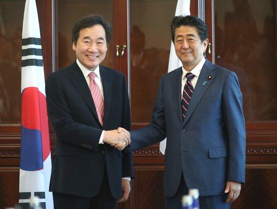 이낙연 국무총리(왼쪽)와 아베 신조 일본 총리. [연합뉴스]