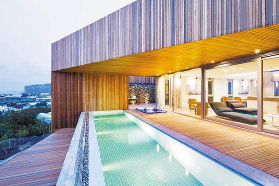 베이힐풀앤빌라는 1개 호텔동과 9개 빌라동의 모든 객실이 넓은 유리창을 통해 제주의 남쪽 바다를 조망할 수 있다. 각각의 객실에는 고유한 디자인 콘셉트를 적용했다. [사진 베이힐풀앤빌라]
