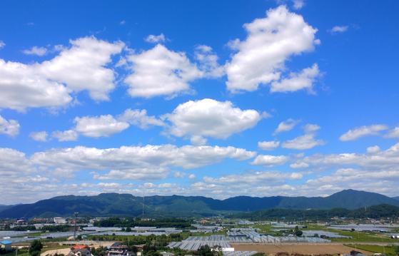 어려서 철봉에 매달려 노는 걸 좋아했다. 철봉에 거꾸로 매달려 머리를 땅으로 향하면 구름과 달이 가까워 보였다. 하늘이 하나도 가리는 게 없어서 그러는 것일 거다. [연합뉴스]