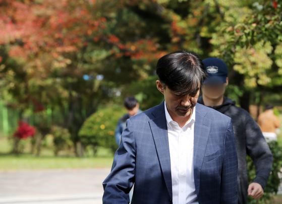 조국 전 법무부 장관이 24일 부인인 정경심 교수의 접견을 마치고 의왕시 서울구치소를 나서고 있다. [연합뉴스]