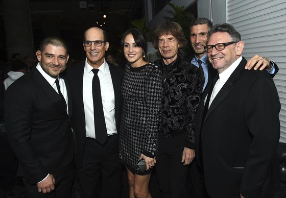 올해 2월 음악계 관계자들과 함께 포즈를 취한 멜라니 햄릭(왼쪽에서 세 번째)과 남자친구 믹 재거(오른쪽에서 세 번째). [AP=연합뉴스]