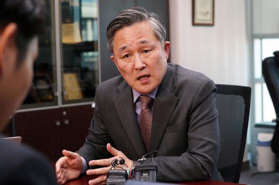 내년 4월 총선에 불출마 의사를 밝힌 표창원 더불어민주당 의원이 24일 오후 서울 여의도 국회 의원회관 사무실에서 취재진의 질문에 답하고 있다. [뉴스1]