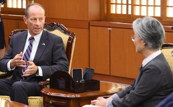 데이비드 스틸웰 미 국무부 동아태 차관보가 지난 7월 17일 방한해 강경화 외교부 장관(오른쪽)을 만나고 있다. 우상조 기자