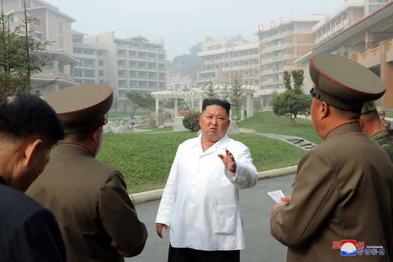 김정은 북한 국무위원장이 완공을 앞둔 평안남도 양덕군 온천관광지구 건설장을 현지지도했다고 조선중앙통신이 25일 보도했다. [연합뉴스]