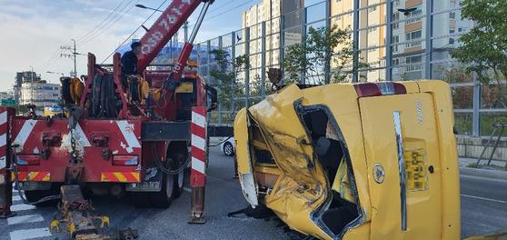 25일 오전 7시 26분쯤 서울 송파구 방이동에서 고등학교 통학버스가 쏘렌토 차량과 충돌해 차량이 전복되어 있다.   통학버스는 충돌 이후 맞은 편에서 신호 대기 중이던 다른 승용차 1대도 들이받았다. [연합뉴스]