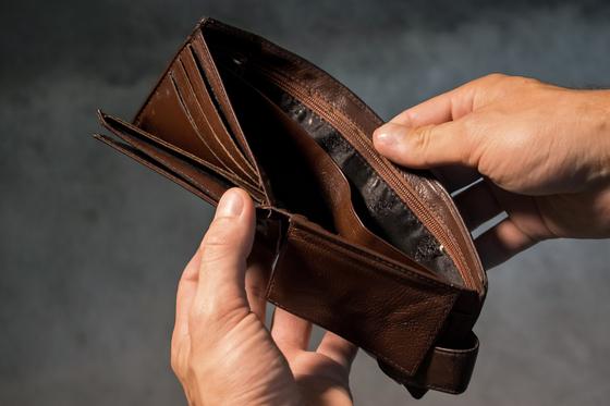 아버지는 손에 익어 편하고 전혀 불편하지 않다고 오랫동안 낡은 지갑을 고집하셨습니다. 답답한 마음에 바꾸자고 이야기를 던져보아도 아버지는 끄떡도 하지 않으셨습니다. [사진 pixabay]