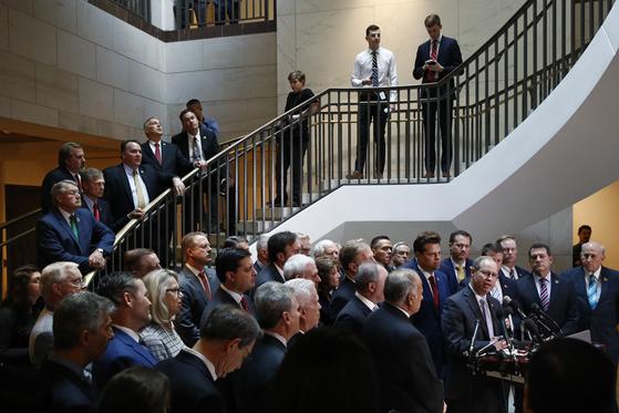 미국 공화당 하원의원들이 23일(현지시간) 도널드 트럼프 대통령에 대한 탄핵 조사 청문회의 비공개 진행에 항의하며 워싱턴 DC 의회의사당의 청문회장 입구를 막고 있다. [AP=연합뉴스]