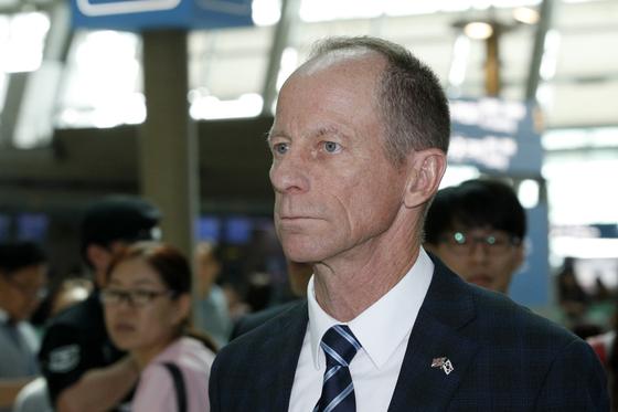 데이비드 스틸웰 미국 국무부 동아시아·태평양 차관보가 7월 18일 2박3일 방한 일정을 마친 후 인천국제공항을 통해 출국하고 있다. [뉴스1]