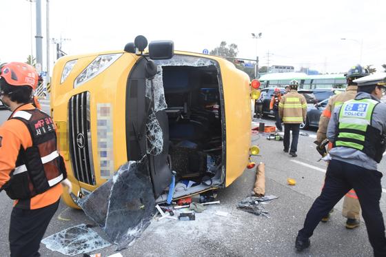 25일 오전 7시24분쯤 서울 송파구 방이동에서 운행 중이던 고등학교 통학버스가 전북되는 사고가 발생했다. [사진 송파소방서]