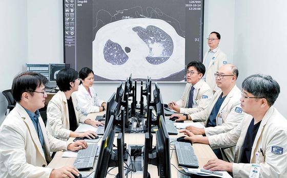 은평성모병원 폐암 협진팀이 통합진료실에서 치료 계획을 논의하고 있다. 폐암 다학제는 모든 폐암 환자를 대상으로 하며 주 1회 열린다. 김동하 기자