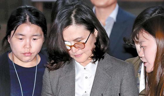 조국(54) 전 법무부 장관 아내 정경심(57·가운데) 동양대 교수. [중앙포토]