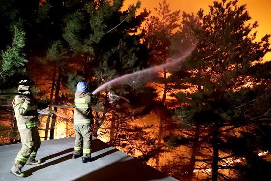 강원도 고성에서 화재를 진압하고 있는 소방관들. [중앙포토]