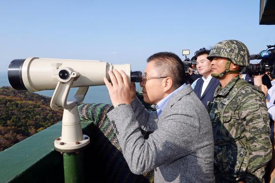 황교안 자유한국당 대표가 24일 강화도 말도소초를 방문해 망원경으로 함박도를 보고 있다. 국회사진기자단
