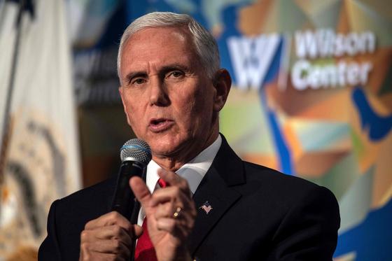 24일(현지시간) 미국 워싱턴 윌슨 센터에서 마이크 펜스 미국 부통령이 트럼프 행정부의 미·중 관계에 대한 연설을 하고 있다. [AFP]
