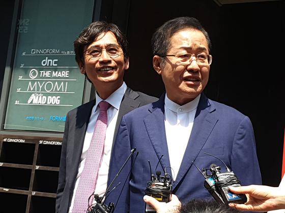 유시민 노무현재단 이사장(왼쪽)과 홍준표 전 자유한국당 대표가 지난 6월 3일 오전 유튜브 토론 '홍카레오(홍카콜라+알릴레오)' 녹화를 위한 서울 강남구의 한 스튜디오 앞에서 취재진의 질문에 답하고 있다. [뉴스1]