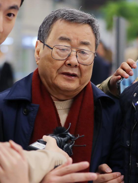 비서 성추행 및 가사도우미 성폭행 혐의 등을 받고 있는 김준기 전 DB그룹 회장이 23일 새벽 인천공항을 통해 귀국하고 있다. 지난 2017년 7월 미국으로 출국한지 2년3개월만에 돌아온 김 전 회장은 해외 체류로 인해 기소중지 상태였다. [뉴스1]