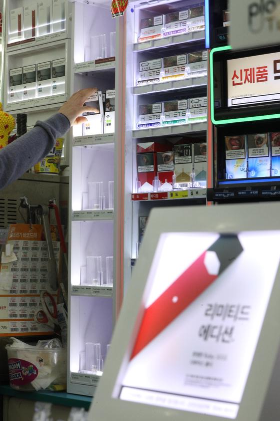 24일 오후 서울 시내의 편의점 GS25 매장에서 점원이 쥴(JUUL) 가향 액상 전자담배를 수거하고 있다. GS25는 보건복지부가 액상 전자의 담배 사용 중단을 권고한 데 따라 향이 가미된 JUUL의 트로피칼과 딜라이트, 크리스프 3종과 KT&G의 시트툰드라 1종을 팔지 않기로 했다. [뉴스1]