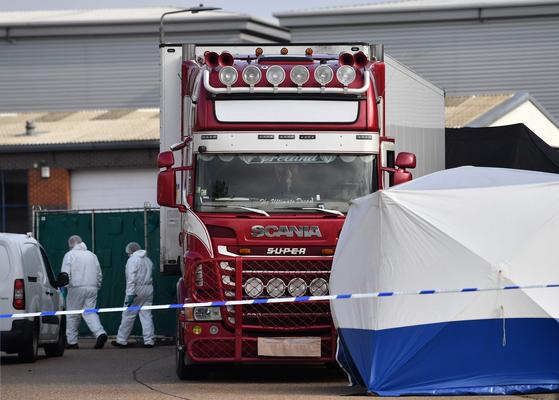 중국인 39명의 시신이 발견된 화물 트럭 컨테이너를 영국 경찰 등이 조사하고 있다. [AFP=연합뉴스]