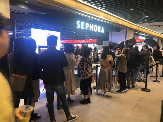 26일 서울 삼성동 파르나스몰 세포라 1호점에 소비자들이 줄을 서고 있다. 전영선 기자