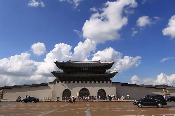 광화문은 5대 궁궐문 중 유일하게 독립된 망루의 형식을 갖추고 있다. 담장을 따라 동쪽 끝 모퉁이까지 가면 차도 한복판에는 높다란 석축 위에 사모지붕의 건축물이 외따로 서 있다. [사진 pixabay]