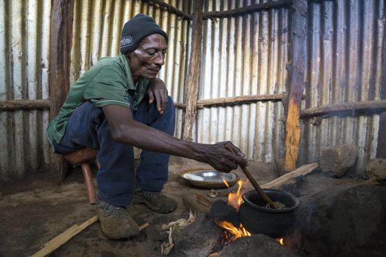 킬리만자로 지역의 전통적인 커피 로스팅 방식. 모닥불에 일일이 저어 가며 생두를 볶는다. 백종현 기자