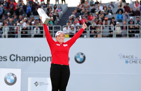 27일 부산 기장군 LPGA 인터내셔널 부산에서 열린 미국여자프로골프(LPGA) 투어 BMW 레이디스 챔피언십에서 우승을 차지한 장하나가 트로피를 들어 올리고 있다. [연합뉴스]