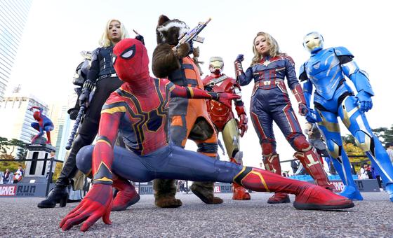 스파이더맨과 캡틴 마블 등 어벤져스 히어로들이 27일 오전 서울 여의도공원에서 열린 '마블런 2019'에 참가하고 있다.[뉴스1]