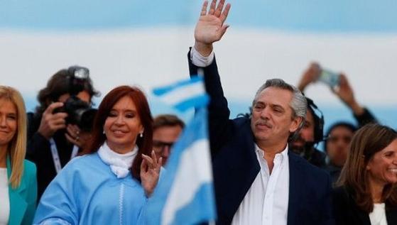 중도좌파연합 '모두의 전선' 알베르트 페르난데스 대선 후보는 27일(현지시간) 마우리시오 마크리 현(現) 대통령을 꺾고 당선됐다. [사진 로이터]