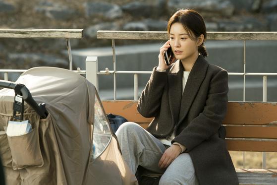 """영화에서 지영(정유미)은 '누군가의 엄마, 아내로 살아가는 게 행복하지만, 가끔은 어딘가 갇혀있는 기분이 든다""""고 말한다. [사진 롯데엔터테인먼트]"""