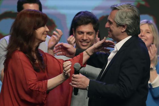 27일(현지시간) 치러진 아르헨티나 대통령선거에서 승리한 알베르토 페르난데스 당선인(오른쪽)이 부통령 러닝메이트인 크리스티나 페르난데스 데 키르치네르 전 대통령과 마주보며 기뻐하고 있다. [AFP=연합뉴스]