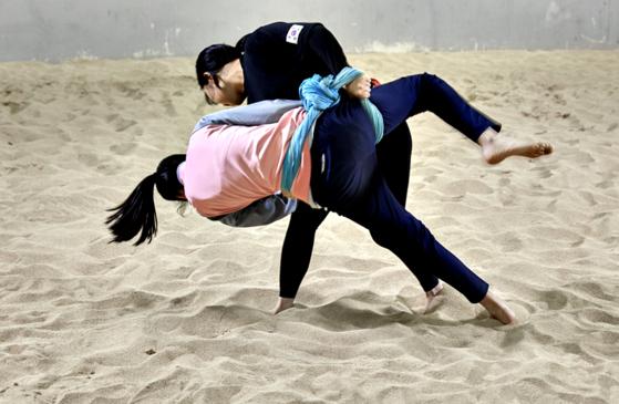 정 선수가 유림 학생을 넘기고 있다.