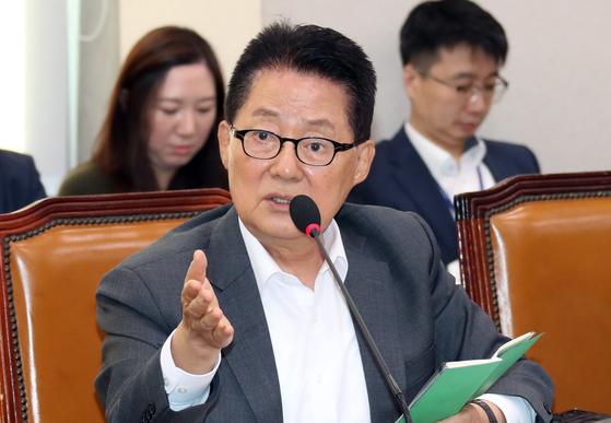 박지원 대안신당 의원이 21일 국회에서 열린 법제사법위원회 종합 국정감사에서 김오수 법무부 차관에게 질의하고 있다. 변선구 기자