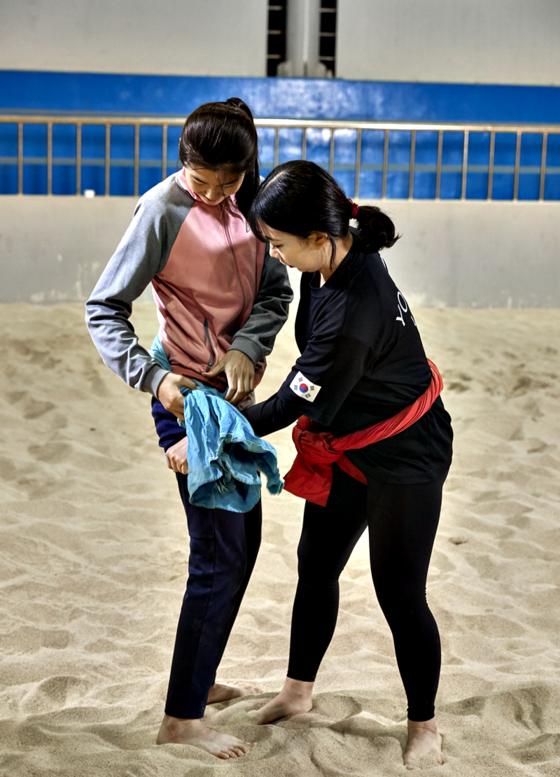 정하린 선수가 유림 학생의 샅바를 챙기고 있다.