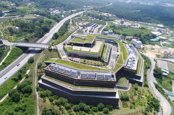 지난 2013년 강원도 춘천에 지어진 네이버 제1데이터센터 '각'의 전경. [사진 네이버]