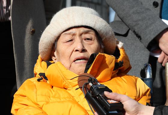 일본 후지코시 근로정신대 피해자인 이춘면 할머니가 1월 23일 오후 서초구 서울중앙지법에서 열린 손해배상소송 2심 선고를 마친 후 법원 앞에서 취재진 질문에 답하고 있다. 이 할머니는 이번 공판에서 1심과 같은 원고일부 승소 판결을 받았다. [뉴스1]