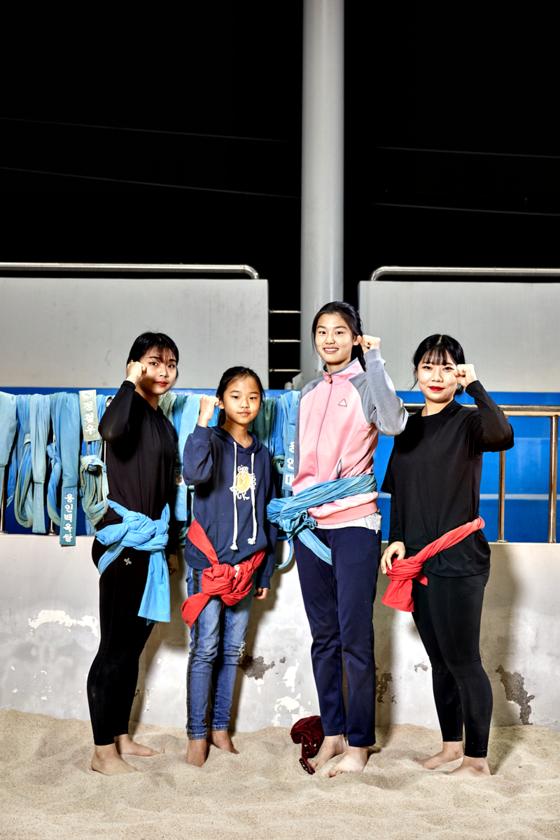 (왼쪽부터)오 선수, 가영·유림 학생, 정 선수가 기본 자세 강의 후 카메라를 향해 웃어 보였다.