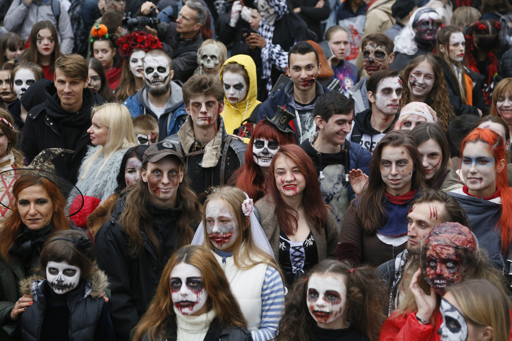 우크라이나 청소년들이 지난 26일(현지시간) 키예프에서 열린 핼러윈 좀비 퍼레이드에 참가하고 있다. [AP=연합뉴스]