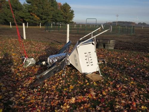미국 가정집 마당에 떨어진 '스페이스 셀피' 장비. [낸시 웰키 페이스북]