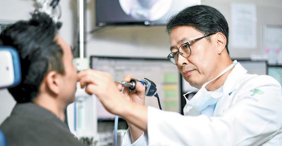 동헌종 원장이 내시경으로 환자의 코 상태를 확인하고 있다. 하나이비인후과병원은 정확한 진단을 토대로 만성 축농증의 맞춤형 치료를 진행한다. 김동하 기자