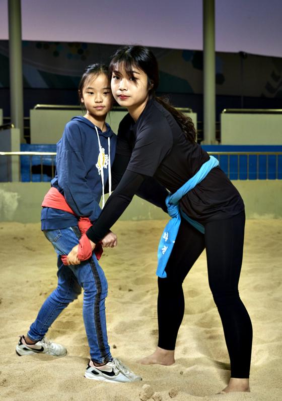 오채원 선수(오른쪽)가 가영 학생의 샅바를 잡았다.