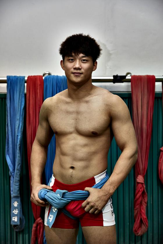 노범수 선수가 울산대학교 씨름경기장서 포즈를 취했다.