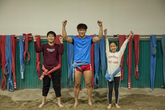 (왼쪽부터)승민, 노 선수, 가영이가 울산대학교 씨름경기장 모래판서 포즈를 취해 보였다