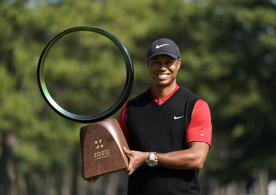 조조 챔피언십에서 PGA 투어 통산 82승을 달성한 타이거 우즈가 우승 트로피를 들고 환하게 웃고 있다. [AP=연합뉴스]
