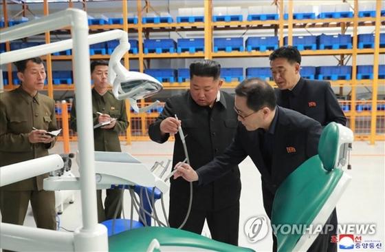 김정은 북한 국무위원장이 현대화 공사가 진행중인 묘향산의료기구공장을 시찰했다고 조선중앙통신이 27일 보도했다. [연합뉴스]