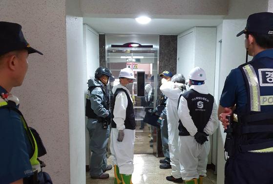 지난 9월 11일 충남 천안시의 한 아파트에서 발생한 화재로 2명이 숨진 사건과 관련, 과학수사대를 비롯한 감식팀이 화재 현장으로 들어가고 있다. [연합뉴스]