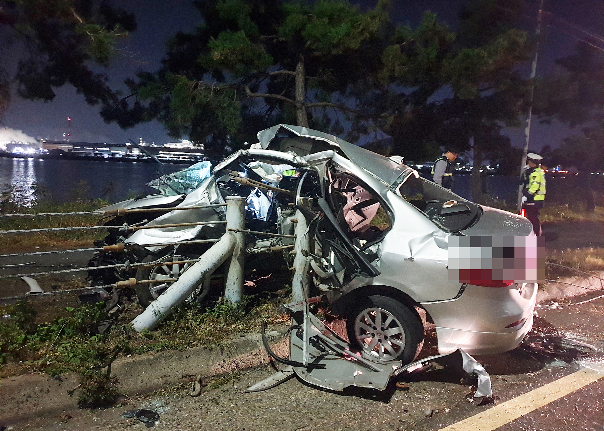 28일 오전 2시40분 쯤 울산 북구 아산로에서 성내삼거리 방면으로 달리던 뉴SM3 승용차가 도로변 가드레일과 연석 등 구조물과 충돌해 파손돼 있다. [뉴스1]