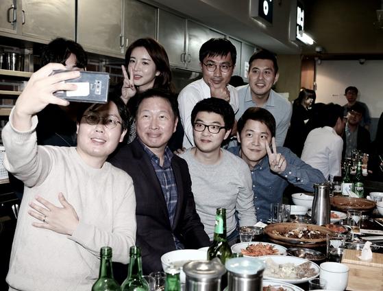 최태원 SK그룹 회장이 28일 서울 광화문 인근의 한 대중음식점에서 저녁식사를 겸한 번개 행복토크를 열고 구성원들과 함께 사진을 찍고 있다. [사진 SK그룹]