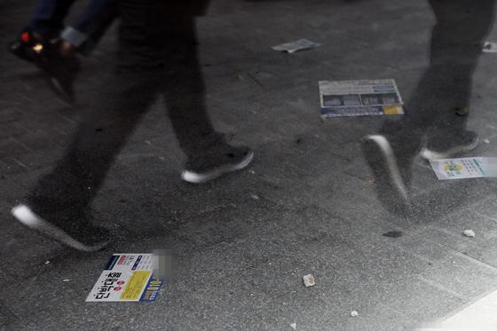 국내 대기업·중소기업 대다수가 올해 연말 경기를 부정적으로 전망하는 것으로 나타났다. 사진은 24일 서울 중구 명동 빈 건물 안에 대출 광고지가 널려있는 모습. [연합뉴스]