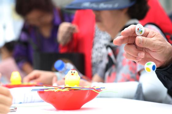 지난 9월 22일 오후 서울광장에서 열린 '2019 건강서울 페스티벌'에서 시민들이 치매예방을 위한 게임을 하고 있다. [연합뉴스]